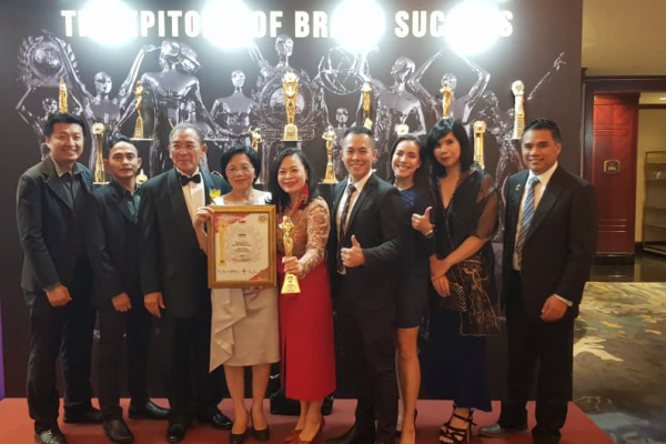 BESarawak team in Singapore to receive the award.
